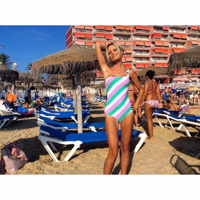 Дана Борисова фотография в полосатом купальнике