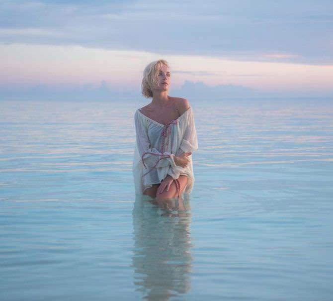 Полина Гагарина фотосессия в море в тунике