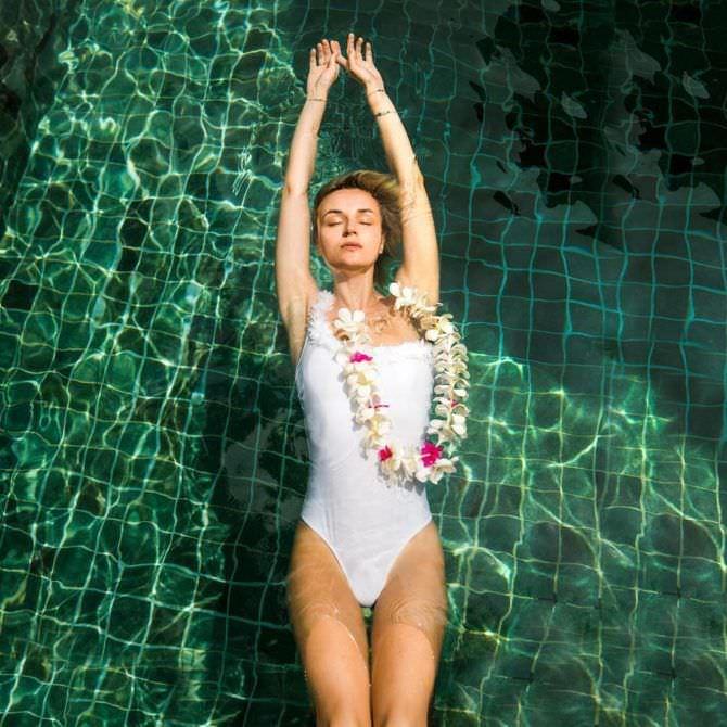 Полина Гагарина фото в воде в венке