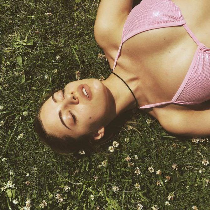 Катя Кищук фотография на траве