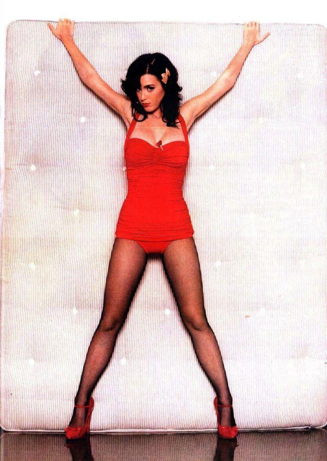 Кэти Перри фото в крансом комбинезоне