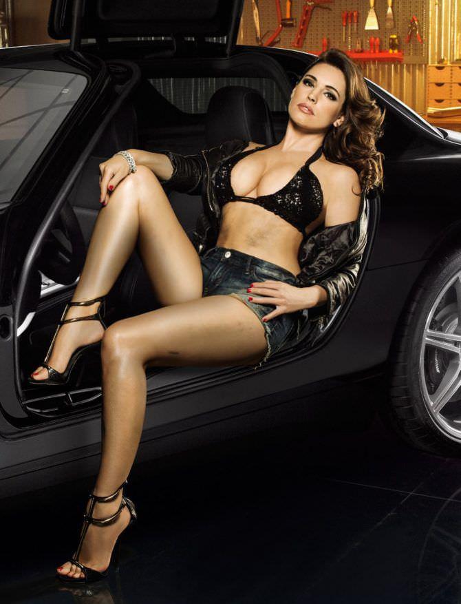 Келли Брук фото в купальнике в автомобиле