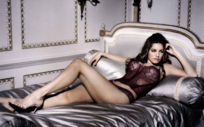 Келли Брук фото в корсете на кровати