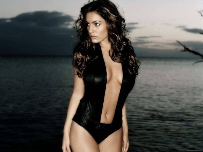 Келли Брук фото в чёрном купальнике