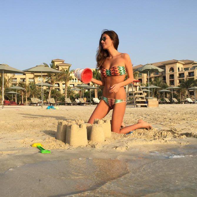 Кэти Топурия фото с песчаным замком