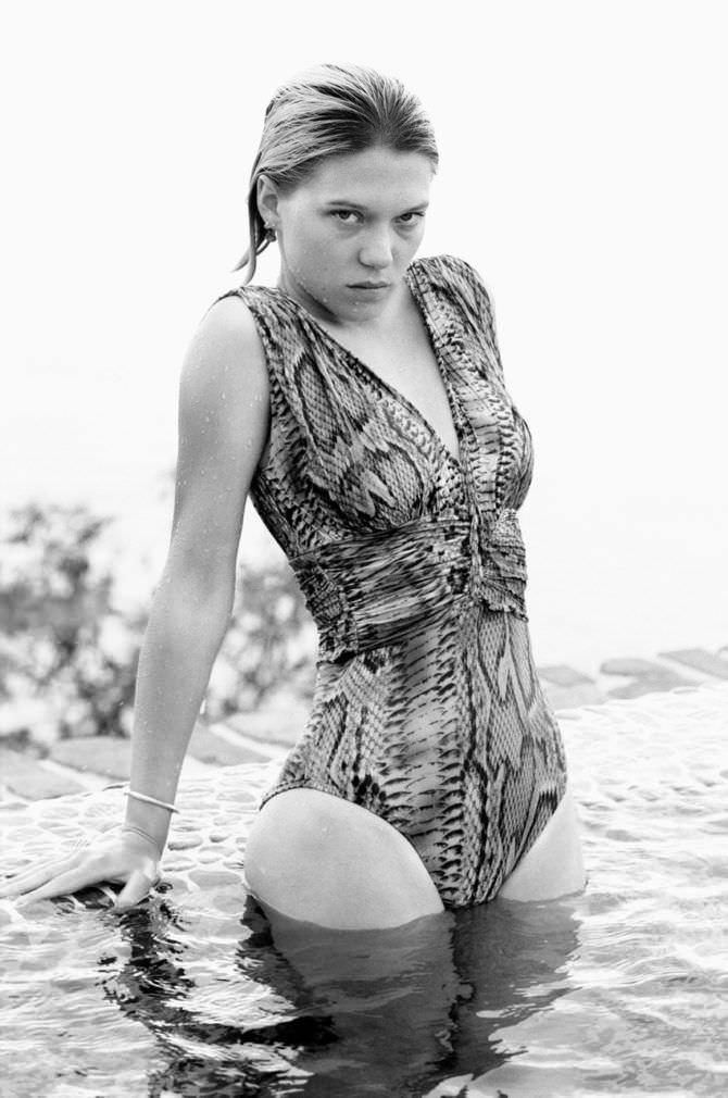 Леа Сейду фотосессия на пляже в купальнике