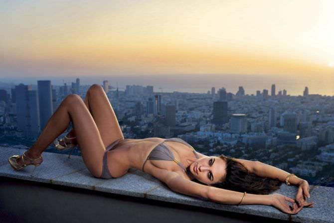 Галь Гадот фото в бикини на крыше для журнала Плейбой