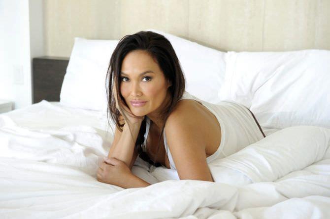 Тиа Каррере фотография в пижаме на кровати