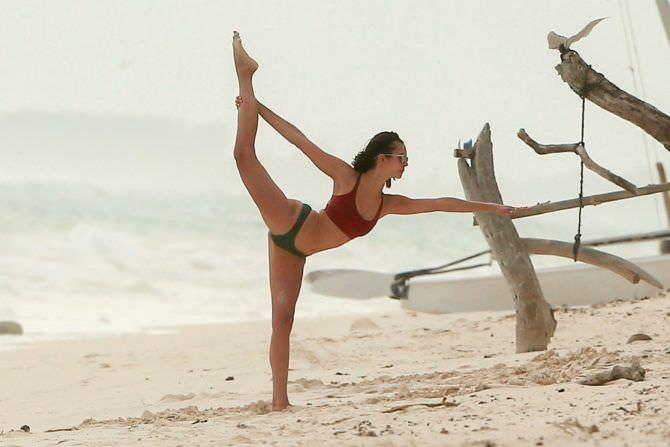 Нина Добрев фотография на песчаном пляже