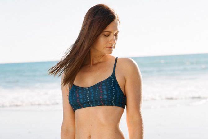 Бонни Райт фотосессия в синем купальнике на море