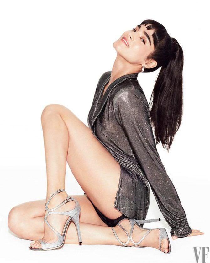 София Бутелла фото в блестящей блузке