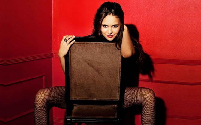 Нина Добрев фото на стуле с красным фоном