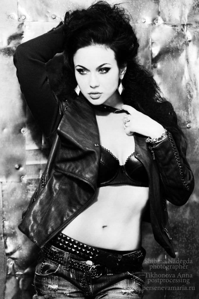 Мария Берсенева фото в куртке и джинсах