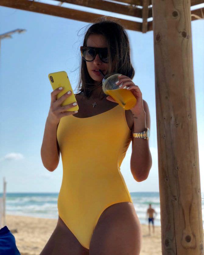 Кэти Топурия фото в жёлтом купальнике