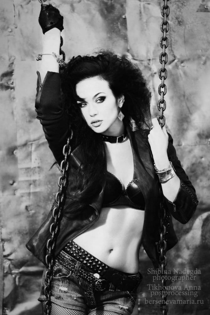 Мария Берсенева чёрно-белое фото с цепями