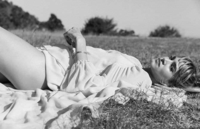 София Бутелла фото в платье на траве