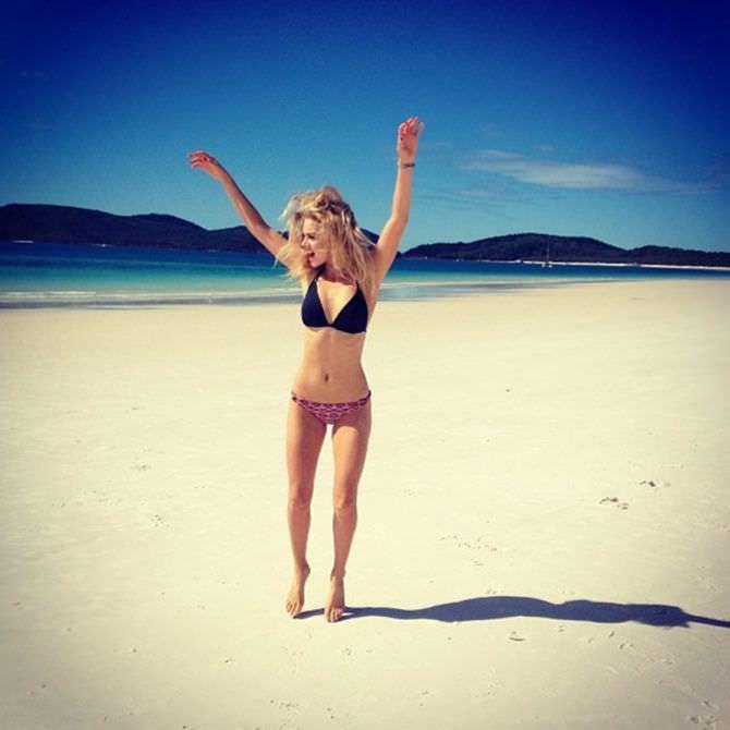 Самара Уивинг фото на пляже в бикини