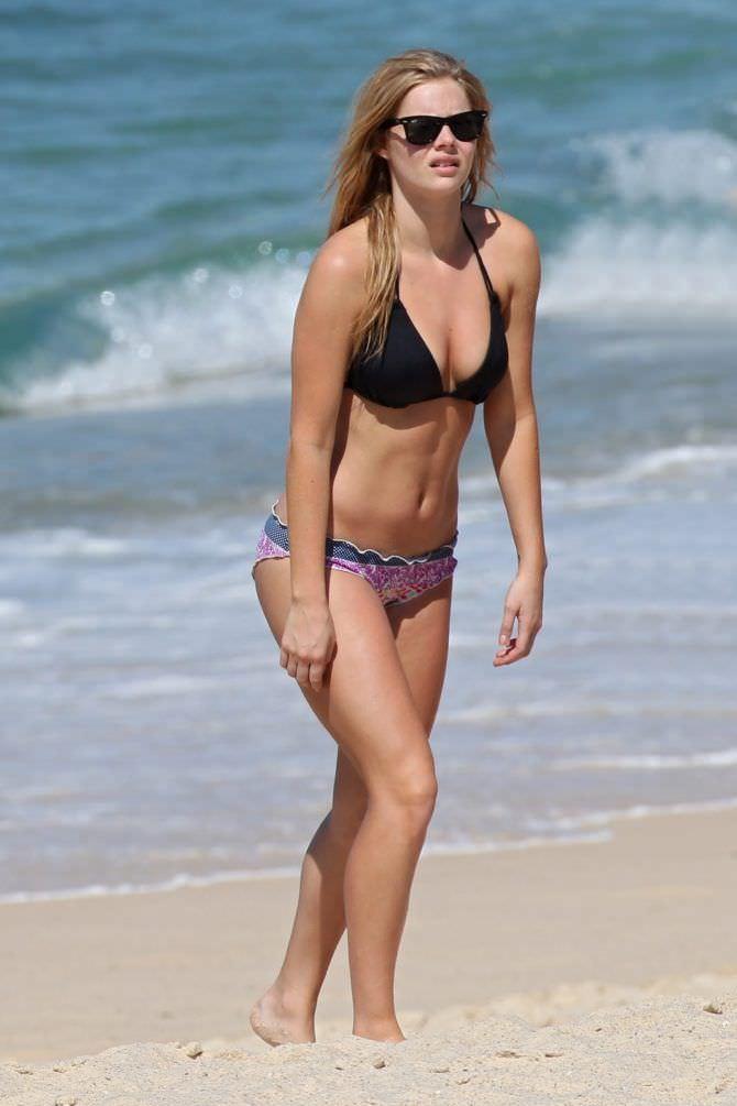 Самара Уивинг фотография на пляже в бикини
