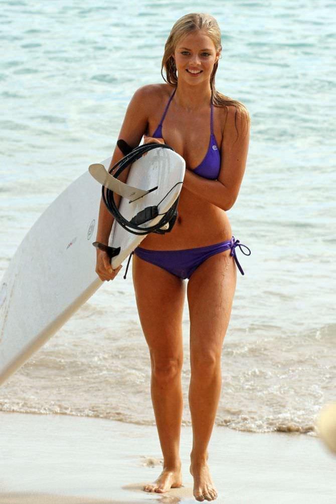 Самара Уивинг фото с доской для сёрфинга