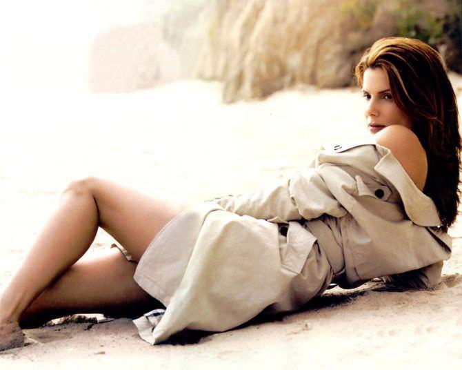 Сандра Буллок фотография в сером плаще