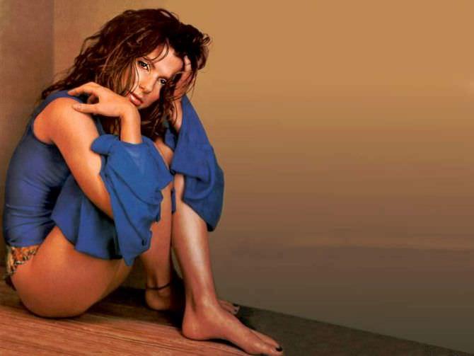 Сандра Буллок фото сидя в блузке
