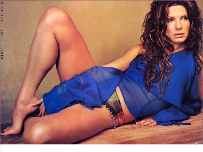 Сандра Буллок фото в купальнике и синей блузке