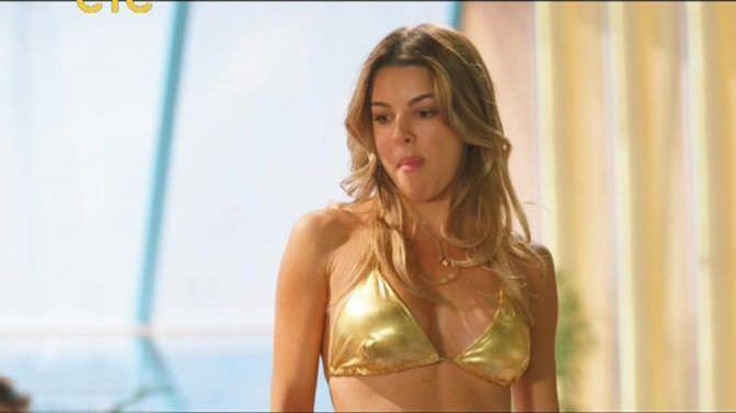 Оксана Сидоренко кадр в золотом бикини