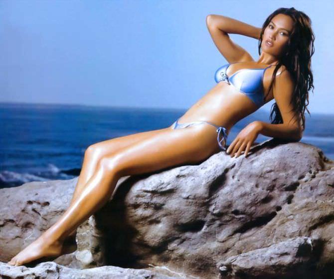 Тиа Каррере фото в купальнике на камне