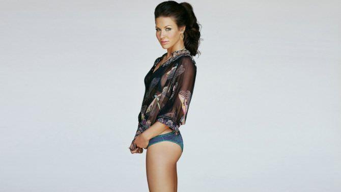 Эванджелин Лилли фотография в купальнике и блузке