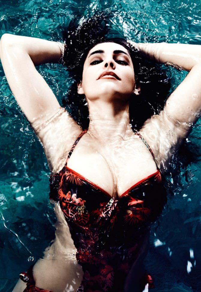 Келли Брук фото в купальнике в бассейне
