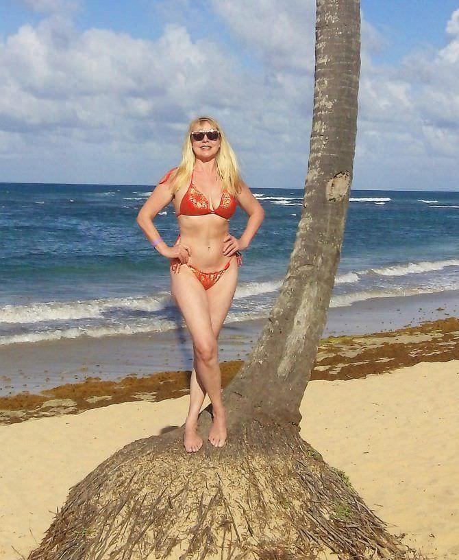 Елена Кондулайнен фото на пляже с пальмой