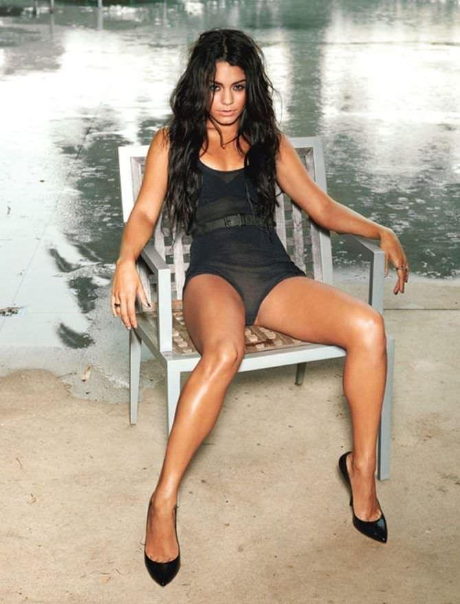 Ванесса Хадженс фотография в боди на стуле