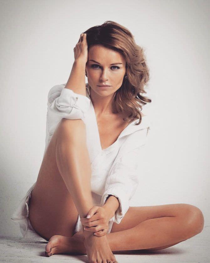 Юлия Подозёрова фотография в белой рубашке