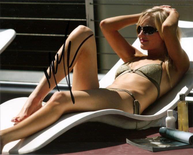 Малин Акерман фотография на лежаке