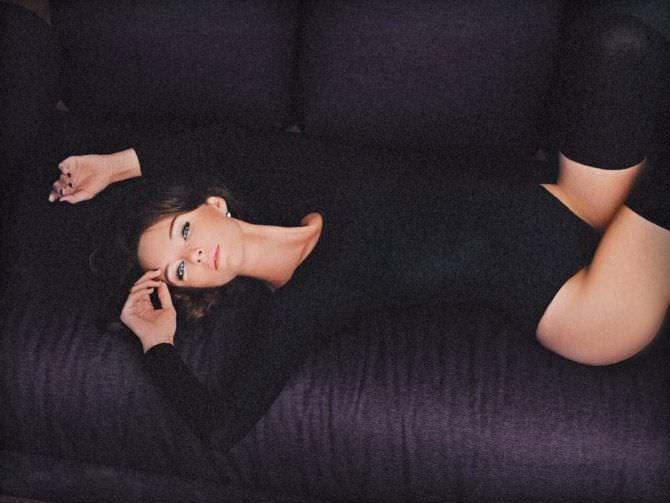 Юлия Подозёрова  фото в боди на диване
