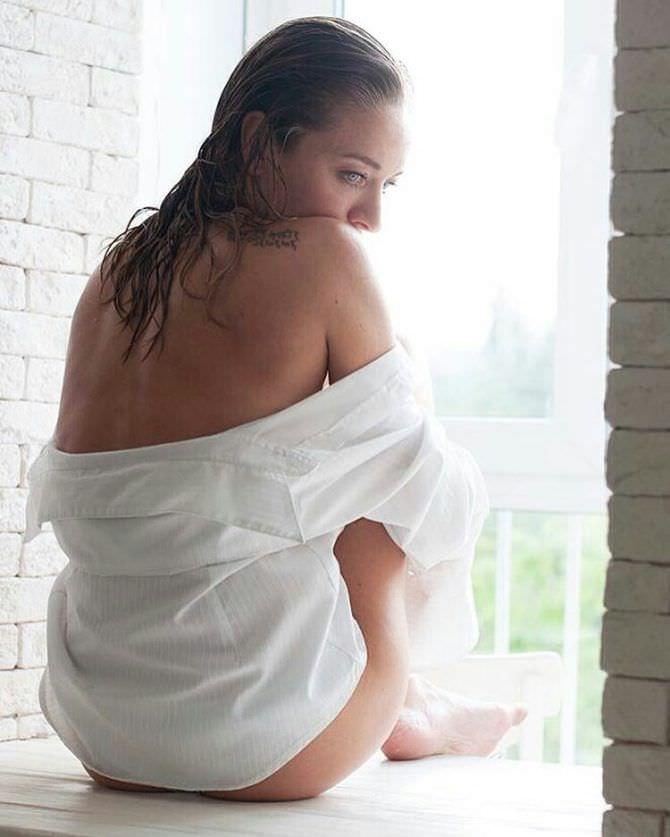 Серафима Низовская фото в рубашке на окне