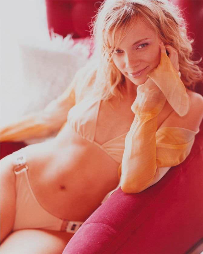 Эми Смарт фотография в светлом купальнике