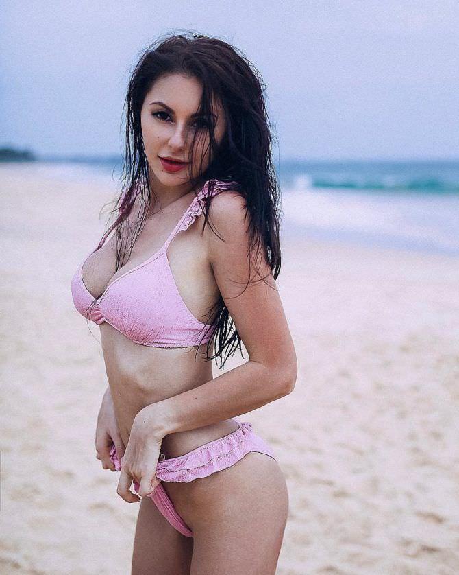 Анна Костенко фотография на пляже в бикини