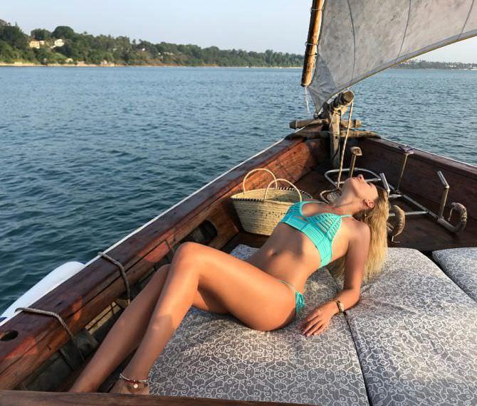 Леся Никитюк фото в бирюзовом купальнике