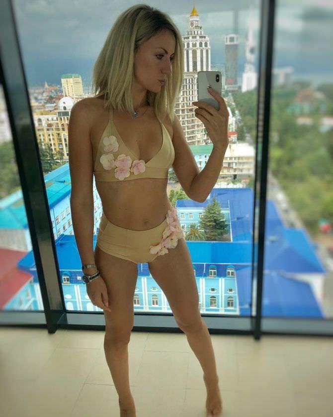 Леся Никитюк фото в купальнике у окна