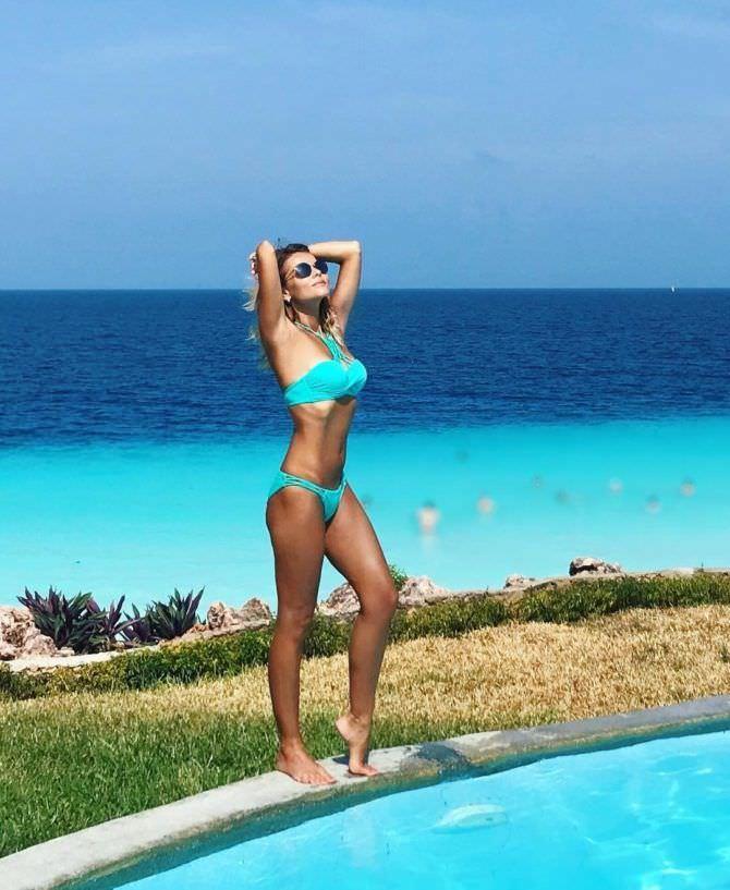 Ксения Новикова фото в голубом купальнике