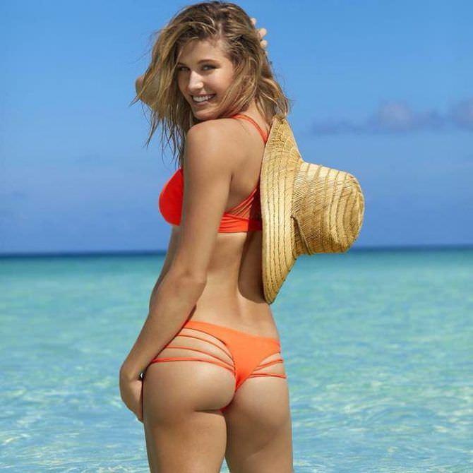 Эжени Бушар фото в оранжевом купальнике со шляпой