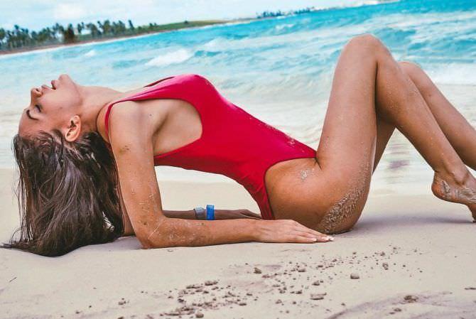 Анна Костенко фото в красном купальнике