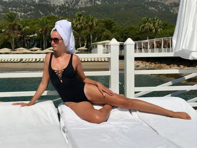 Леся Никитюк фото с полотенцем на голове
