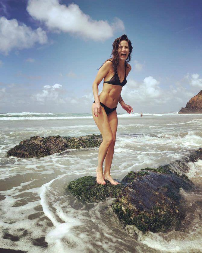 Мишель Монахэн фотография в бикини на пляже