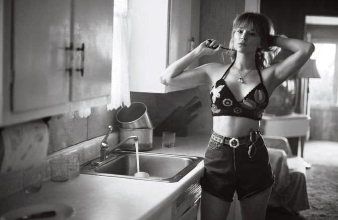 Хейли Беннетт фото в топе и шортах