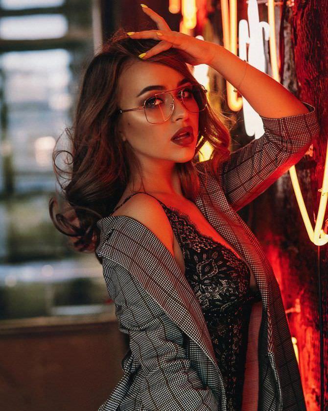 Александра Лукьянова фото в пиджаке и кружевной майке