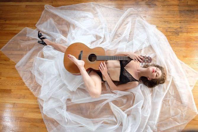 Серафима Низовская фото с гитарой