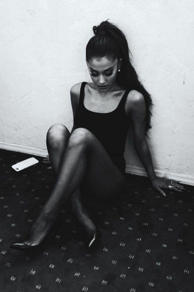 Ариана Гранде фото в боди на полу