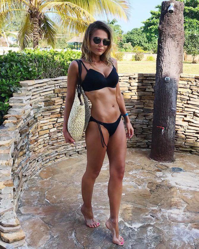 Ксения Новикова фото в чёрном бикини